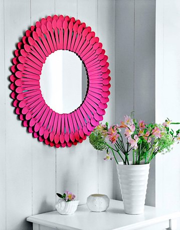 espejo decorado con cucharas de palo