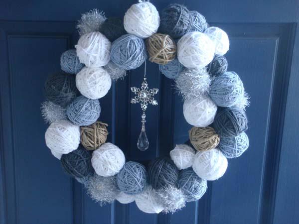 corona-de-navidad-hecha-con-ovillos-de-lana-4