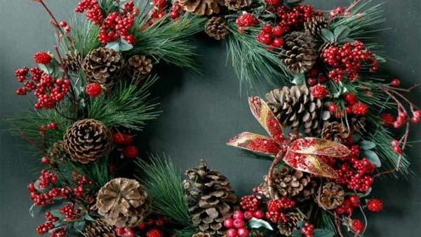 decorar-puerta-con-corona-de-navidad-2